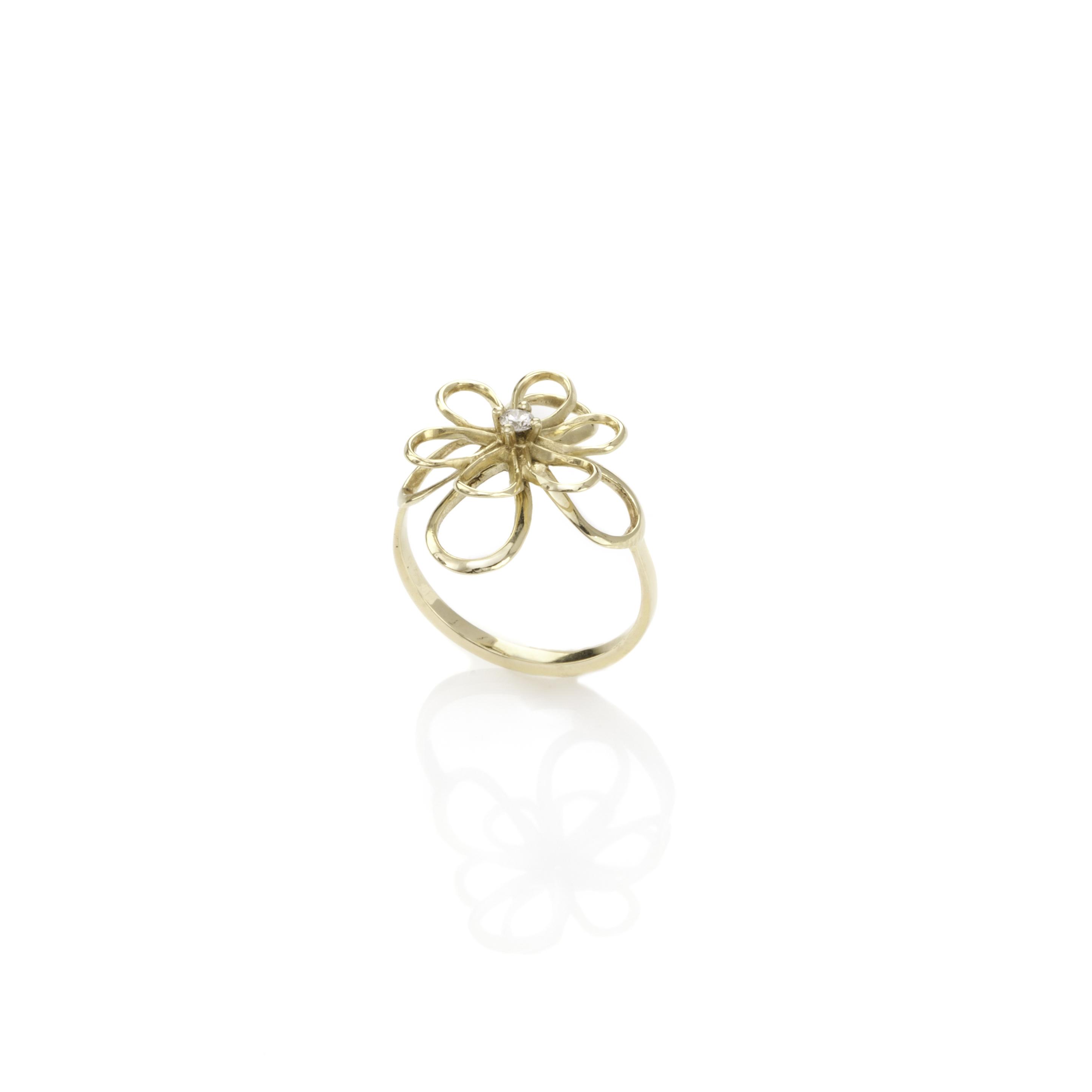 טבעת זהב בצורת פרח משובצת יהלום