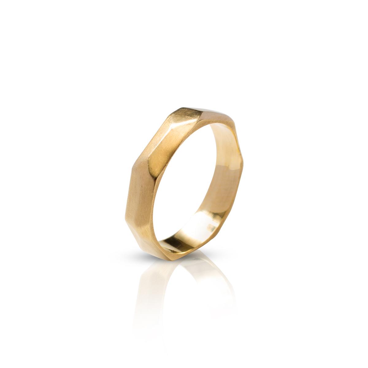 טבעת נישואין בעבודת יד אסימטרית