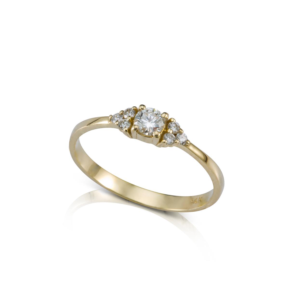 טבעת אירוסין משובצת יהלום מרכזי 0.20ct  ו-6 יהלומים צדדים