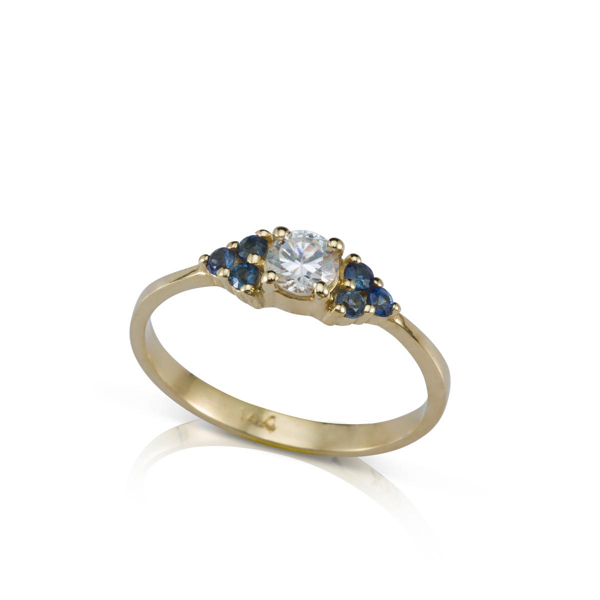 טבעת אירוסין משובצת יהלום מרכזי 0.30ct  ו-6 ספירים