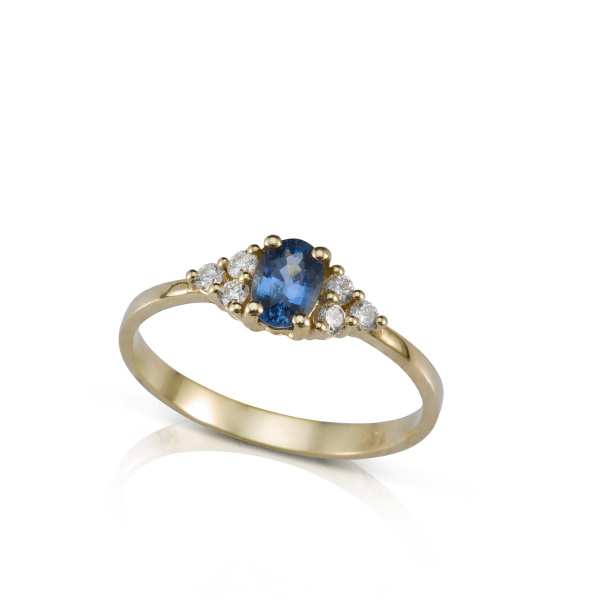 טבעת אירוסין משובצת ספיר בצורת אובל ו-6 יהלומים צדדים