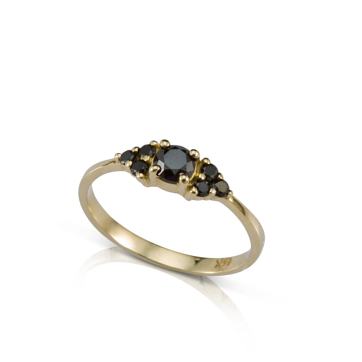 טבעת אירוסין משובצת יהלום שחור מרכזי 0.35ct ו-6 יהלומים שחורים צדדים