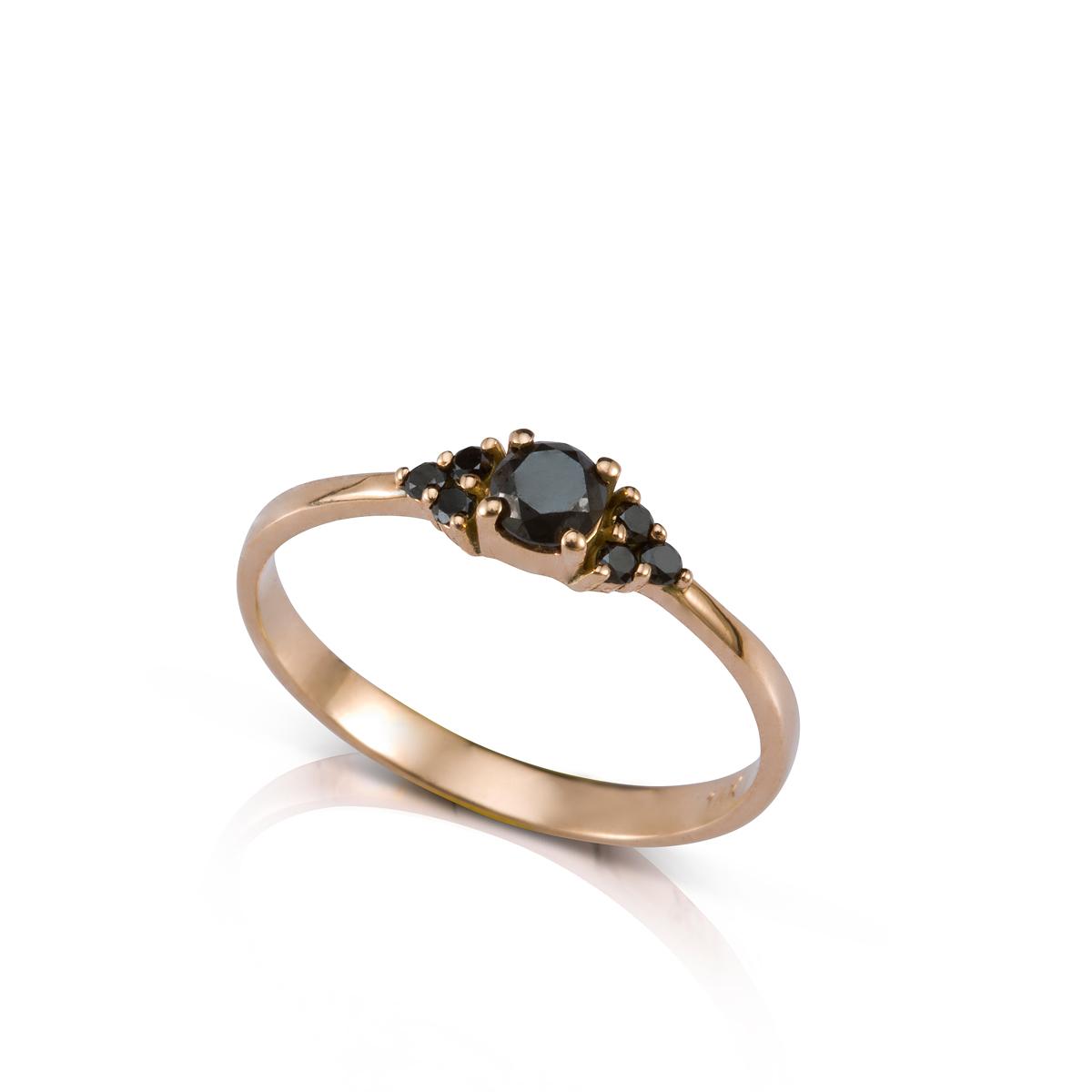טבעת אירוסין משובצת יהלום שחור מרכזי ו-6 יהלומים שחורים צדדים