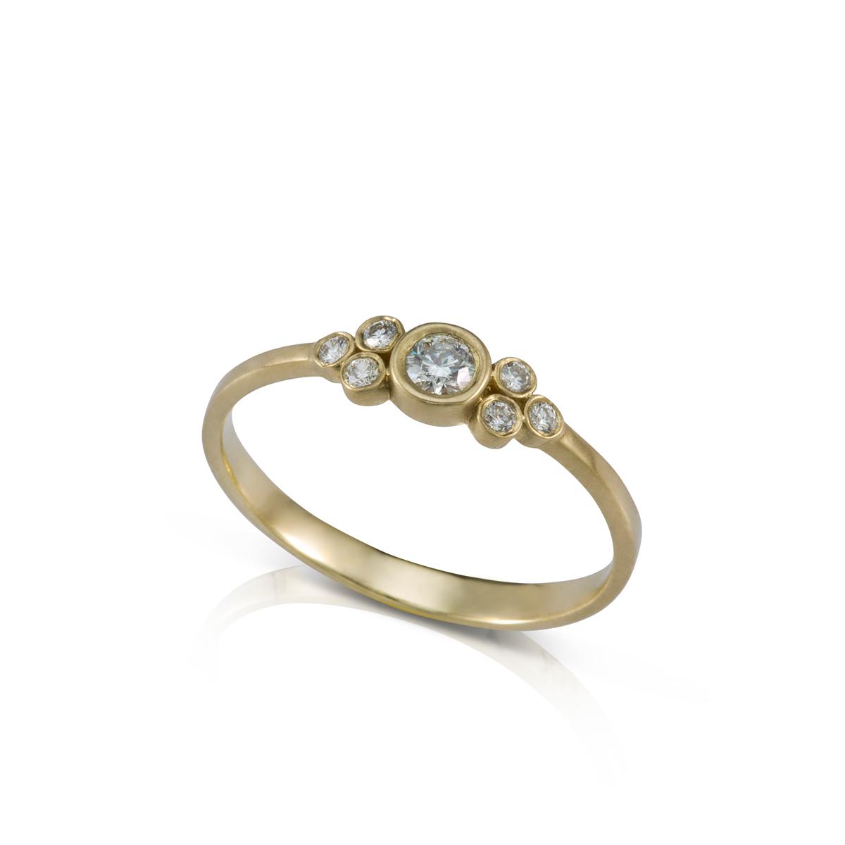 טבעת אירוסין משובצת יהלום מרכזי 0.10ct  ו 6 יהלומים צדדים