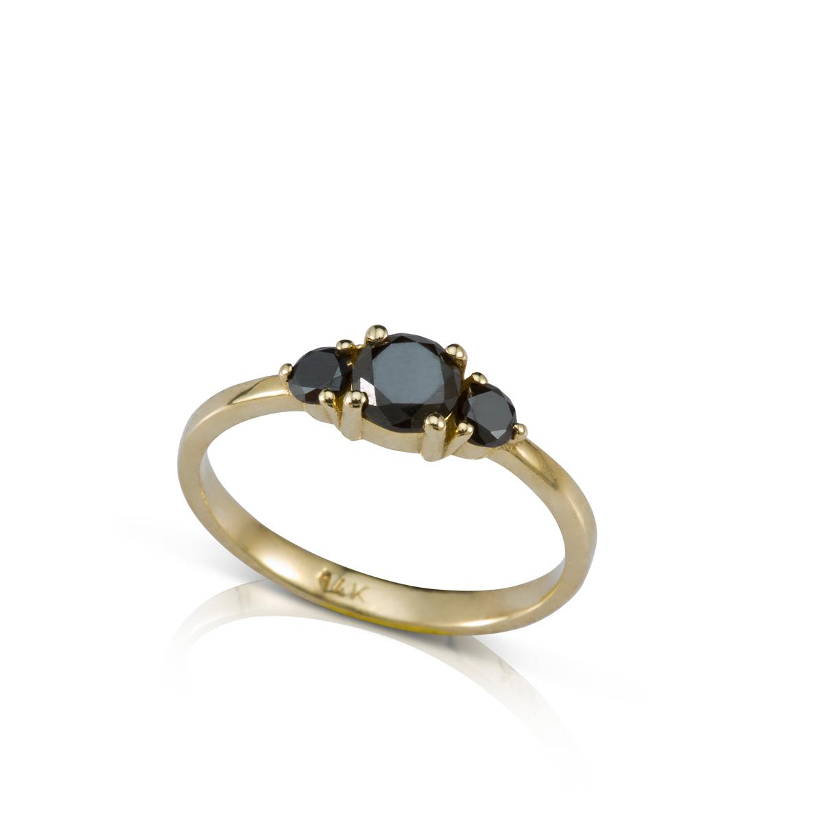 טבעת אירוסין משובצת יהלום שחור מרכזי ויהלומים שחורים צדדים