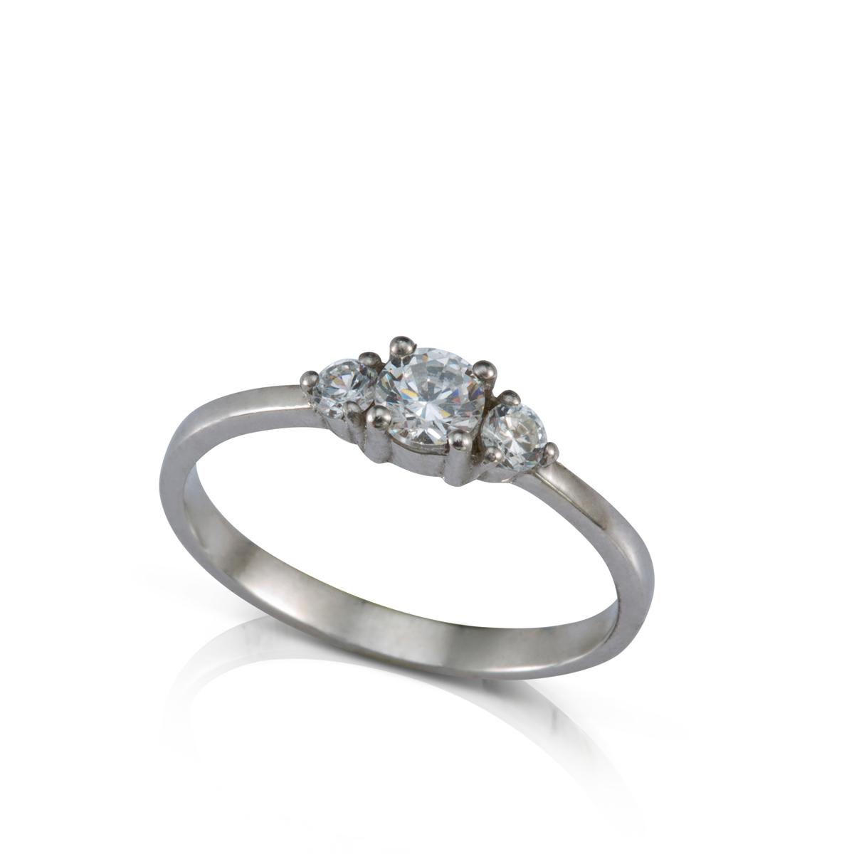 טבעת אירוסין משובצת יהלום מרכזי 0.30ct  ו-2 יהלומים צדדים