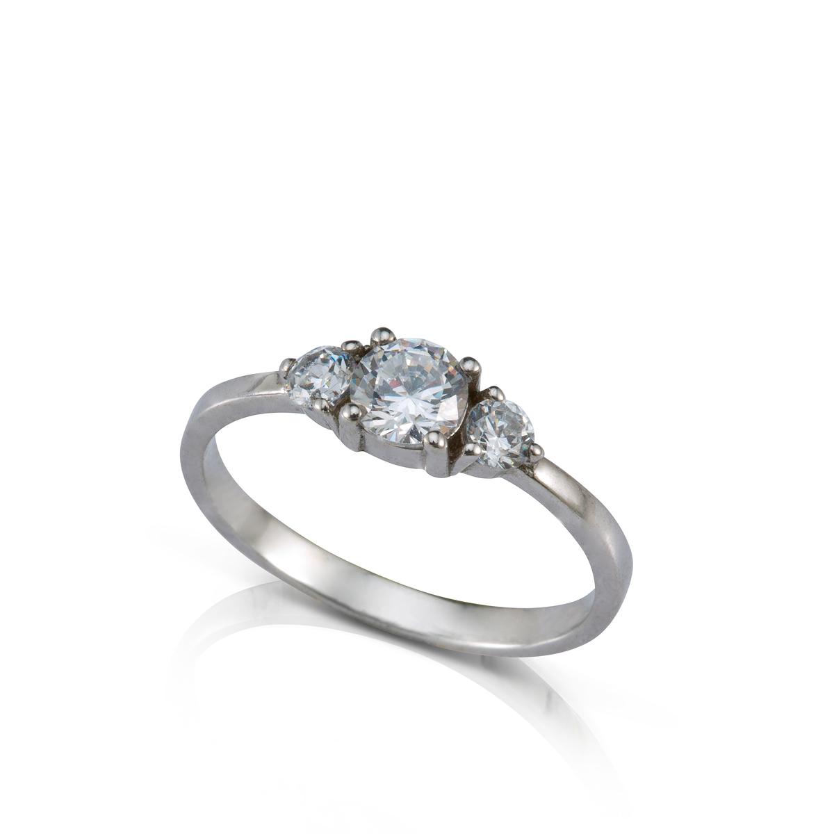 טבעת אירוסין משובצת יהלום מרכזי 0.40ct  ו-2 יהלומים צדדים