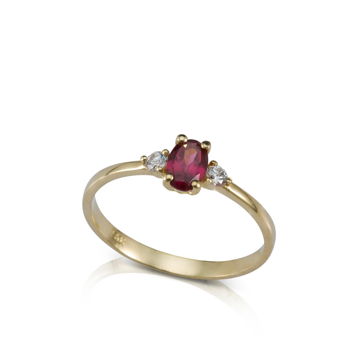 טבעת זהב משובצת גרנט אובלי ו-2 יהלומים צדדים