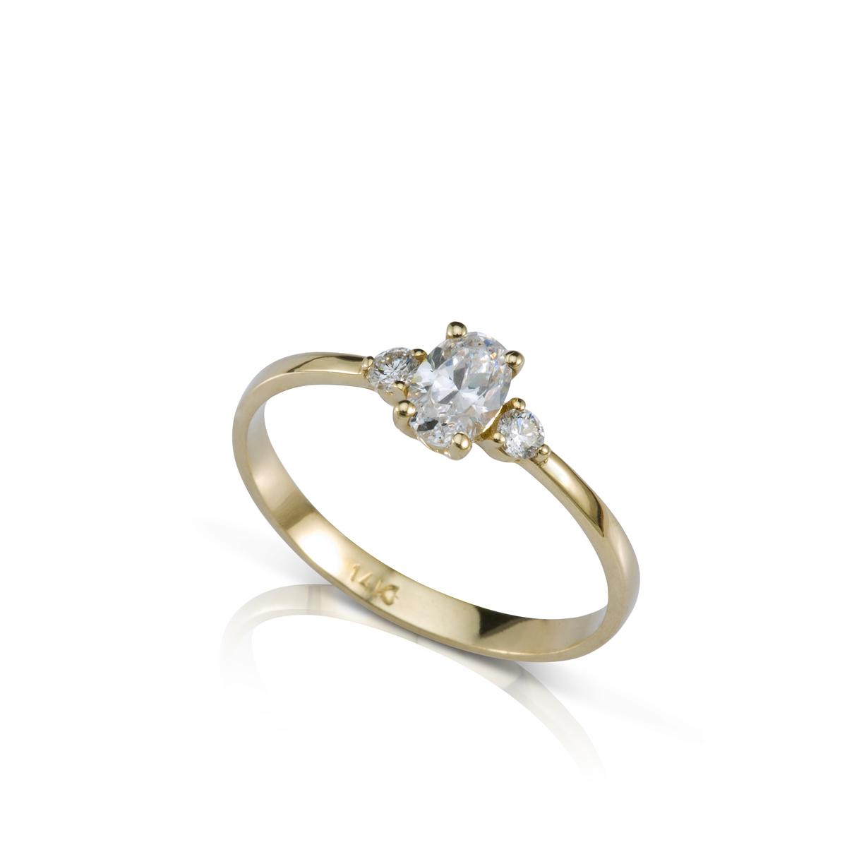 טבעת אירוסין משובצת יהלום 0.50ct אובלי ו-2 יהלומים צדדים