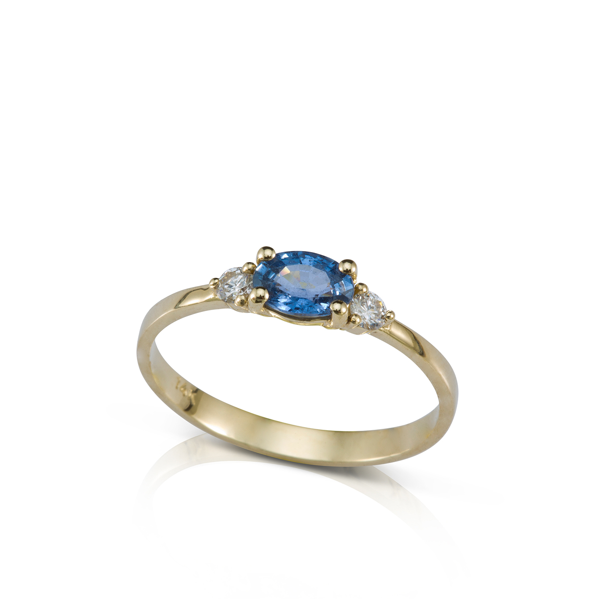 טבעת זהב משובצת ספיר אובלי ו-2 יהלומים צדדים