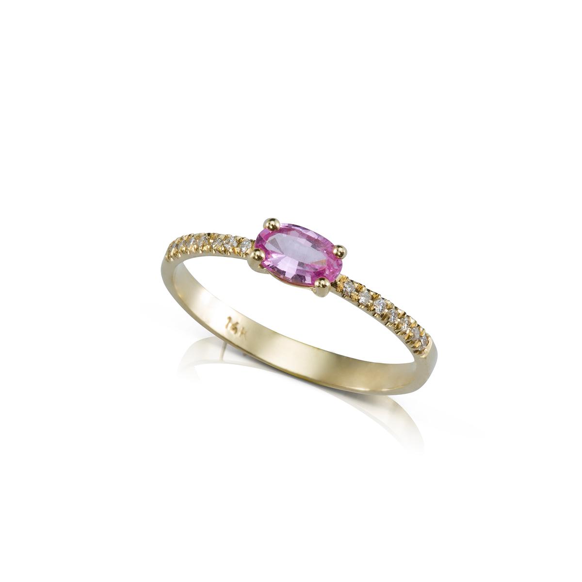 טבעת זהב משובצת ספיר ורוד אובלי ושורת יהלומים בצדדים