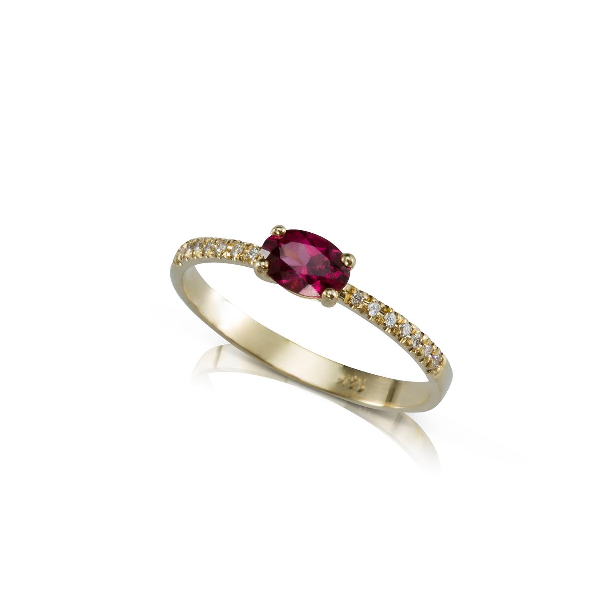 טבעת זהב משובצת רודולייט אובלי ושורת יהלומים בצדדים