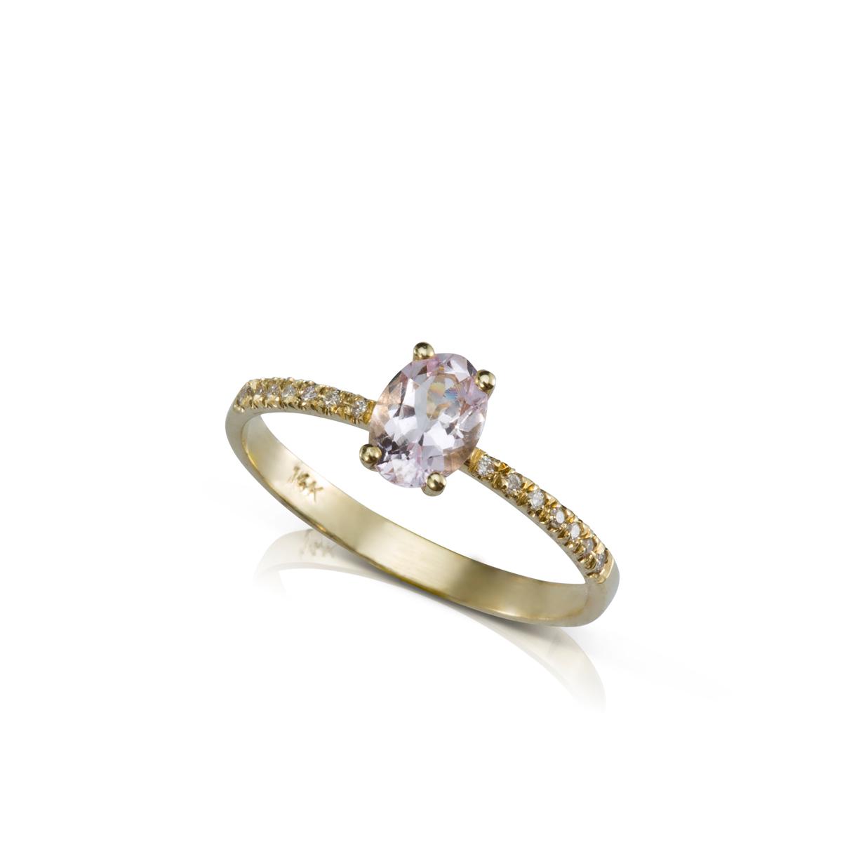 טבעת זהב משובצת מורגנייט ושורת יהלומים בצדדים