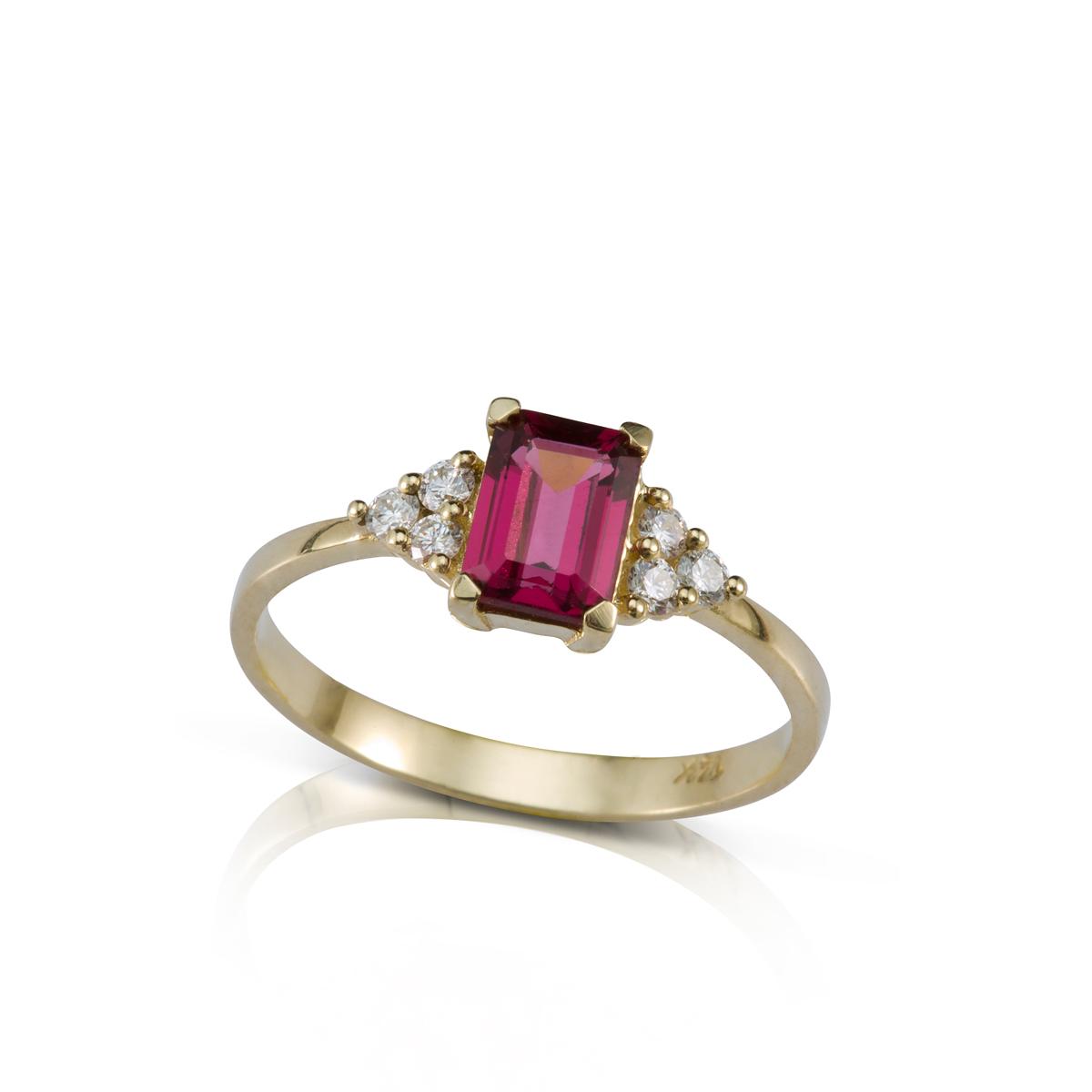 טבעת אירוסין משובצת רודולייט מלבנית ו-6 יהלומים צדדים