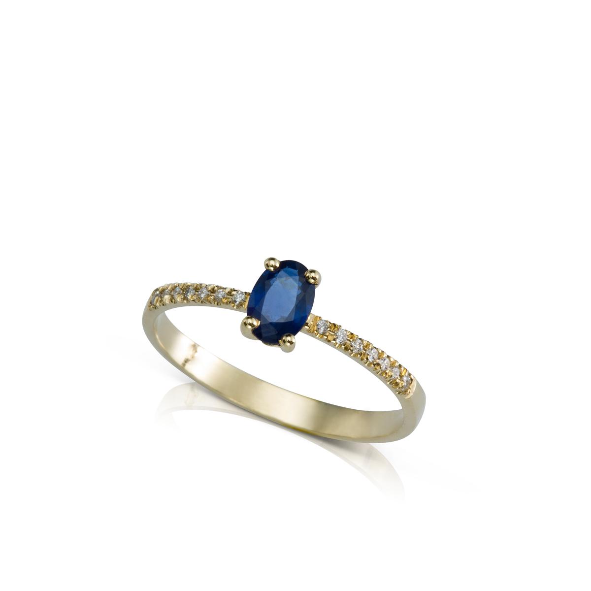 טבעת זהב משובצת ספיר אובלי ושורת יהלומים בצדדים