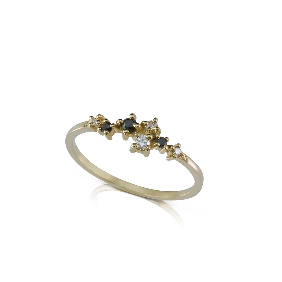 טבעת זהב עדינה ומיוחדת משובצת יהלומים לבנים ושחורים בגדלים משתנים