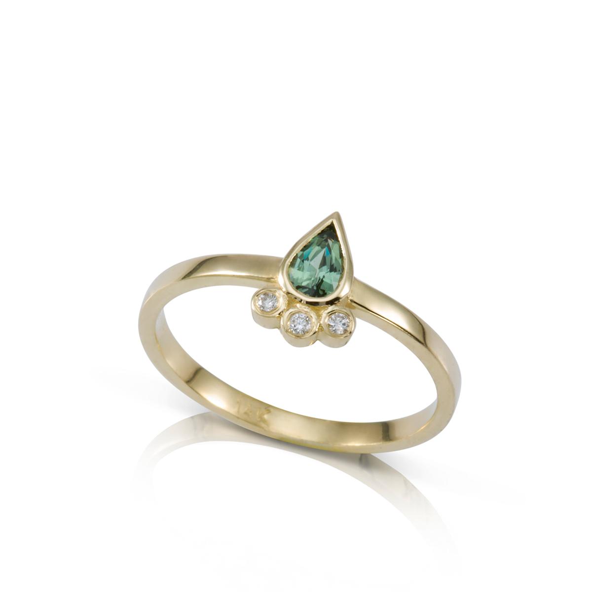טבעת זהב משובצת ספיר ירוק בצורת טיפה ויהלומים