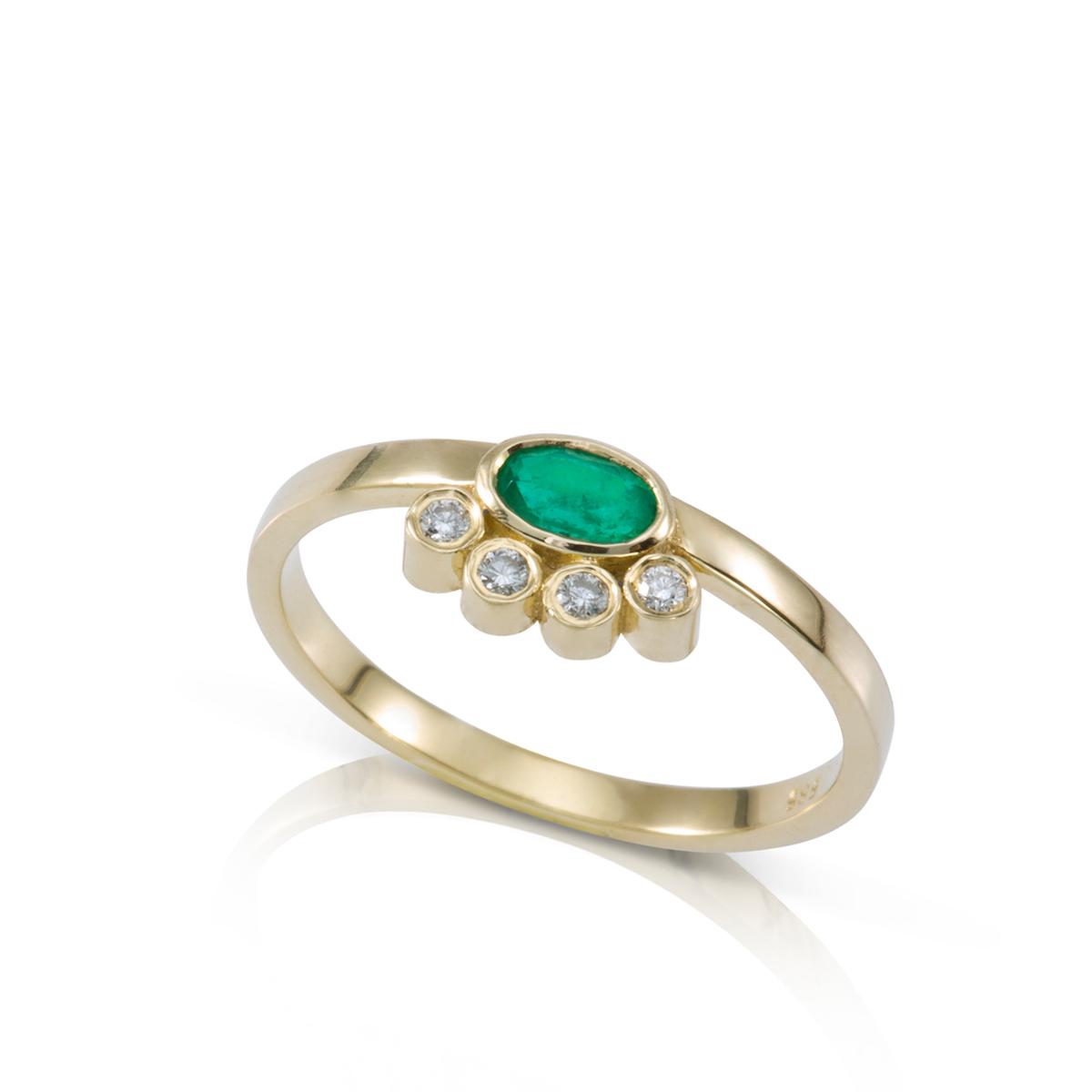 טבעת זהב משובצת אמרלד ויהלומים