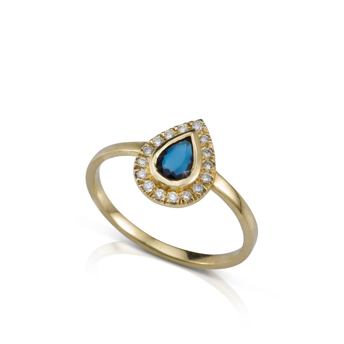 טבעת זהב קלאסית משובצת ספיר בצורת טיפה ויהלומים מסביב