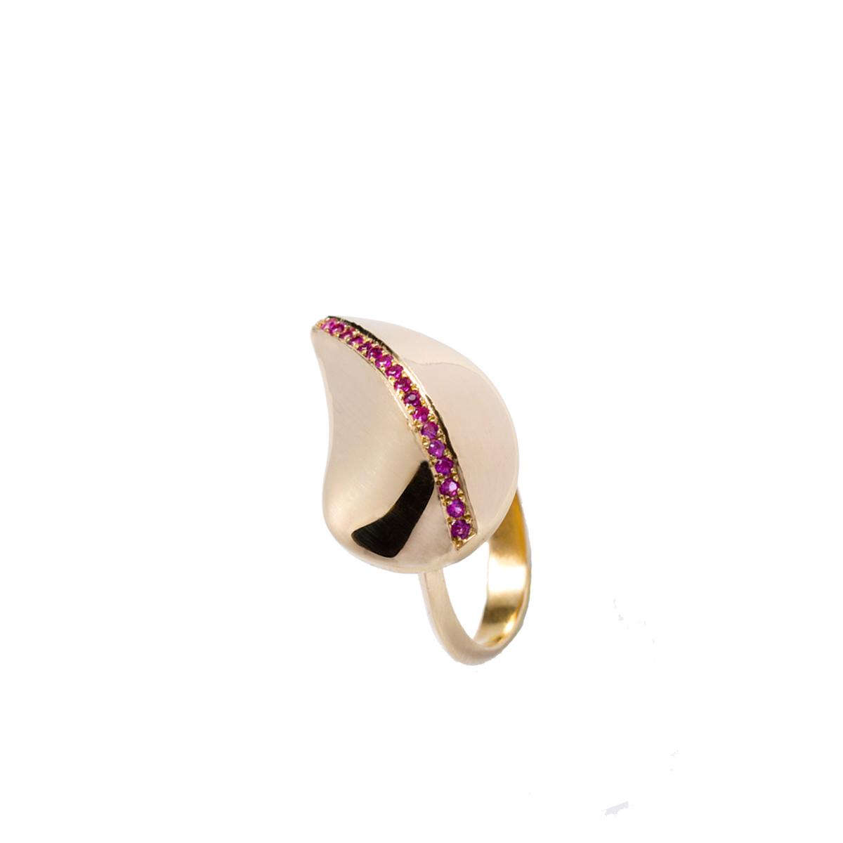טבעת זהב מעוצבת בצורת עלה משובצת שורת אבני רובי
