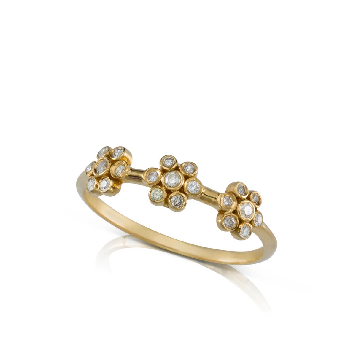 טבעת יהלומים מעוצבת מ- 3 פרחים משובצים יהלומים