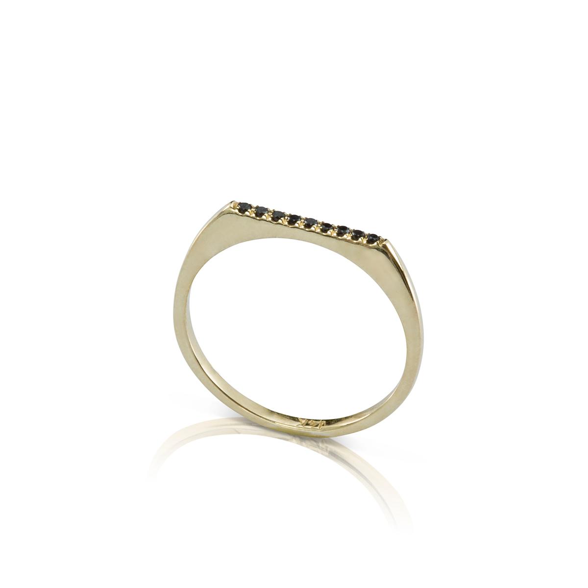 טבעת חותם דקה משובצת שורת יהלומים שחורים