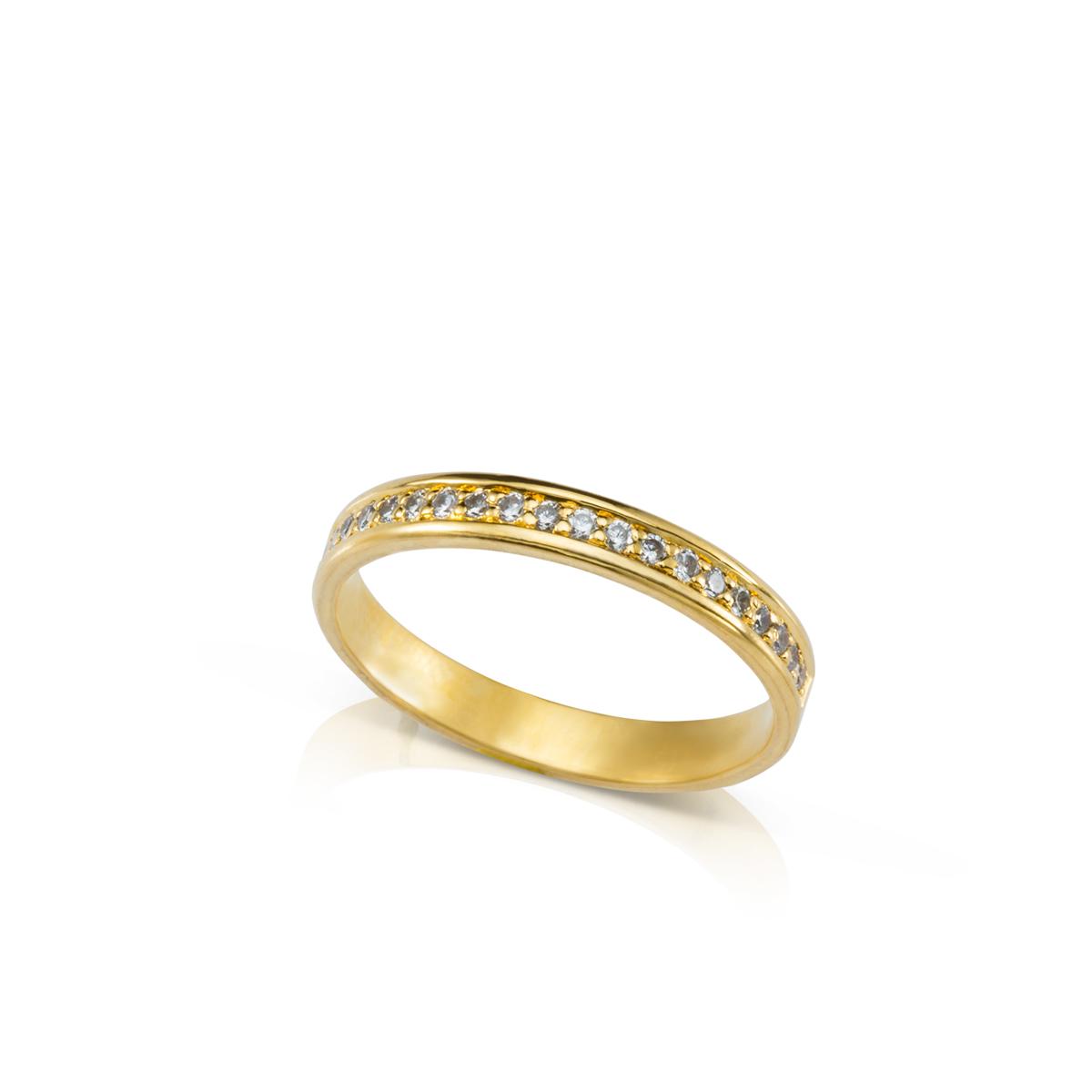 טבעת זהב משובצת שורת יהלומים עם שוליים