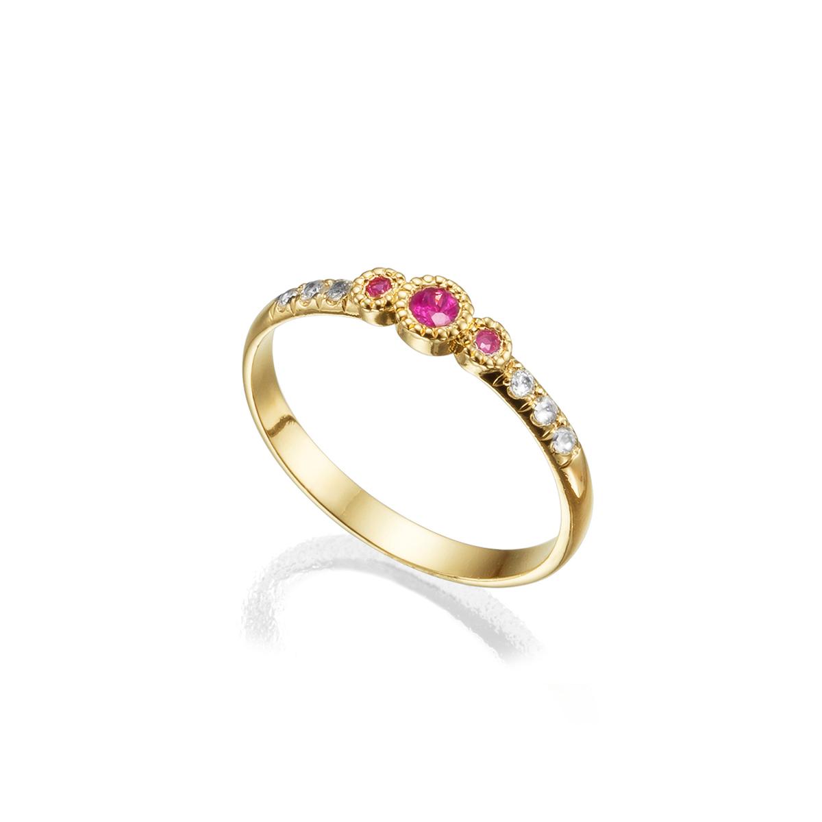 טבעת זהב עדינה משובצת אבני רובי ויהלומים