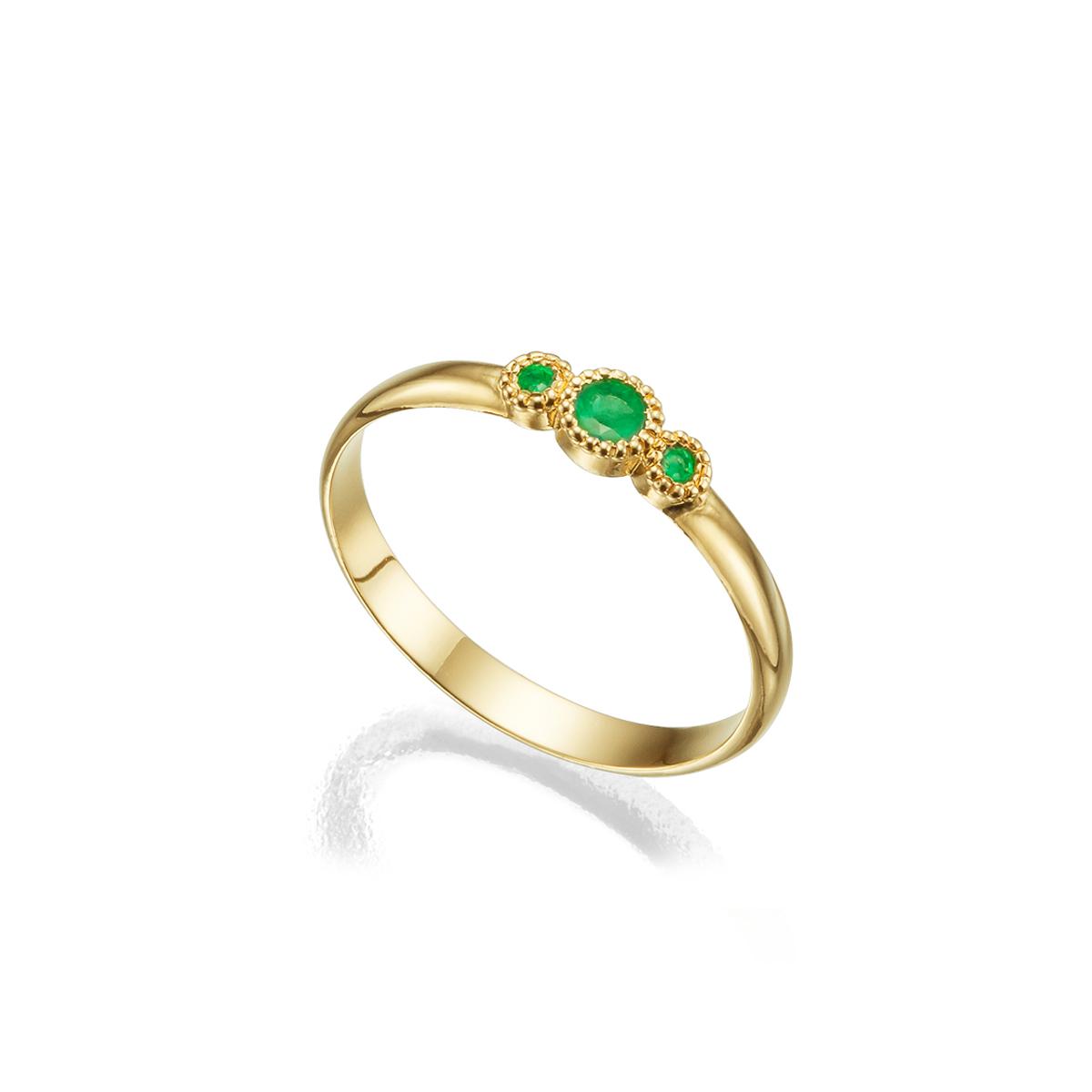 טבעת זהב עדינה משובצת אבני אמרלד