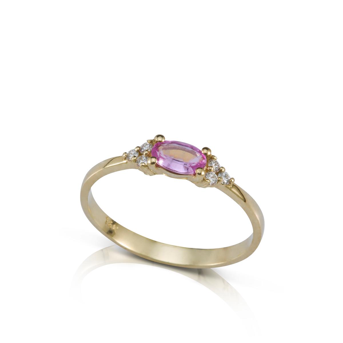 טבעת אירוסין משובצת ספיר ורוד בצורת אובל ו-6 יהלומים צדדים