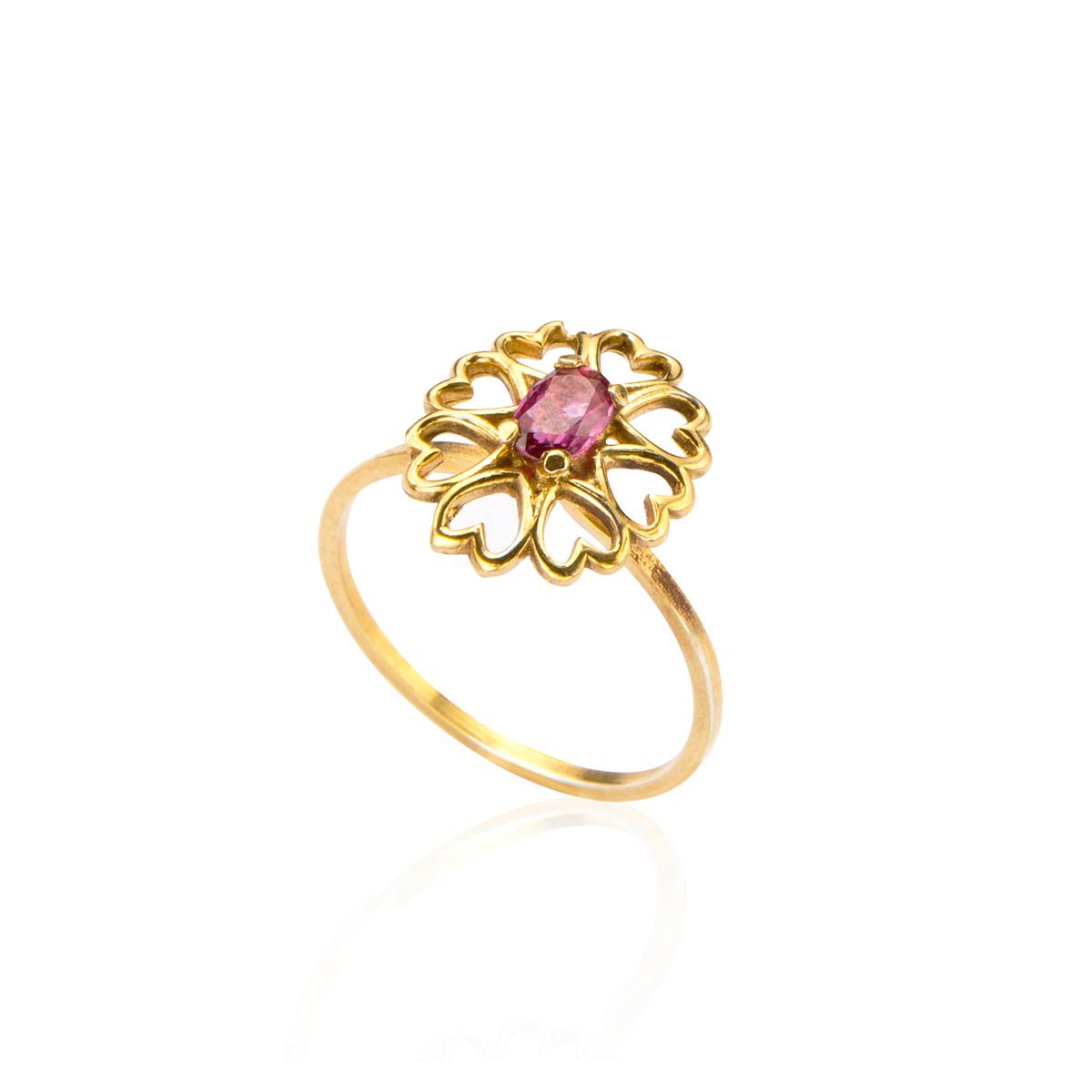 טבעת זהב משובצת אבן רובי בעיצוב לבבות זהב