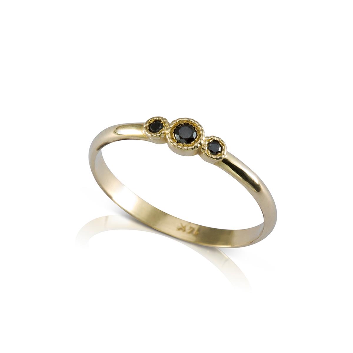 טבעת זהב עדינה משובצת יהלומים שחורים