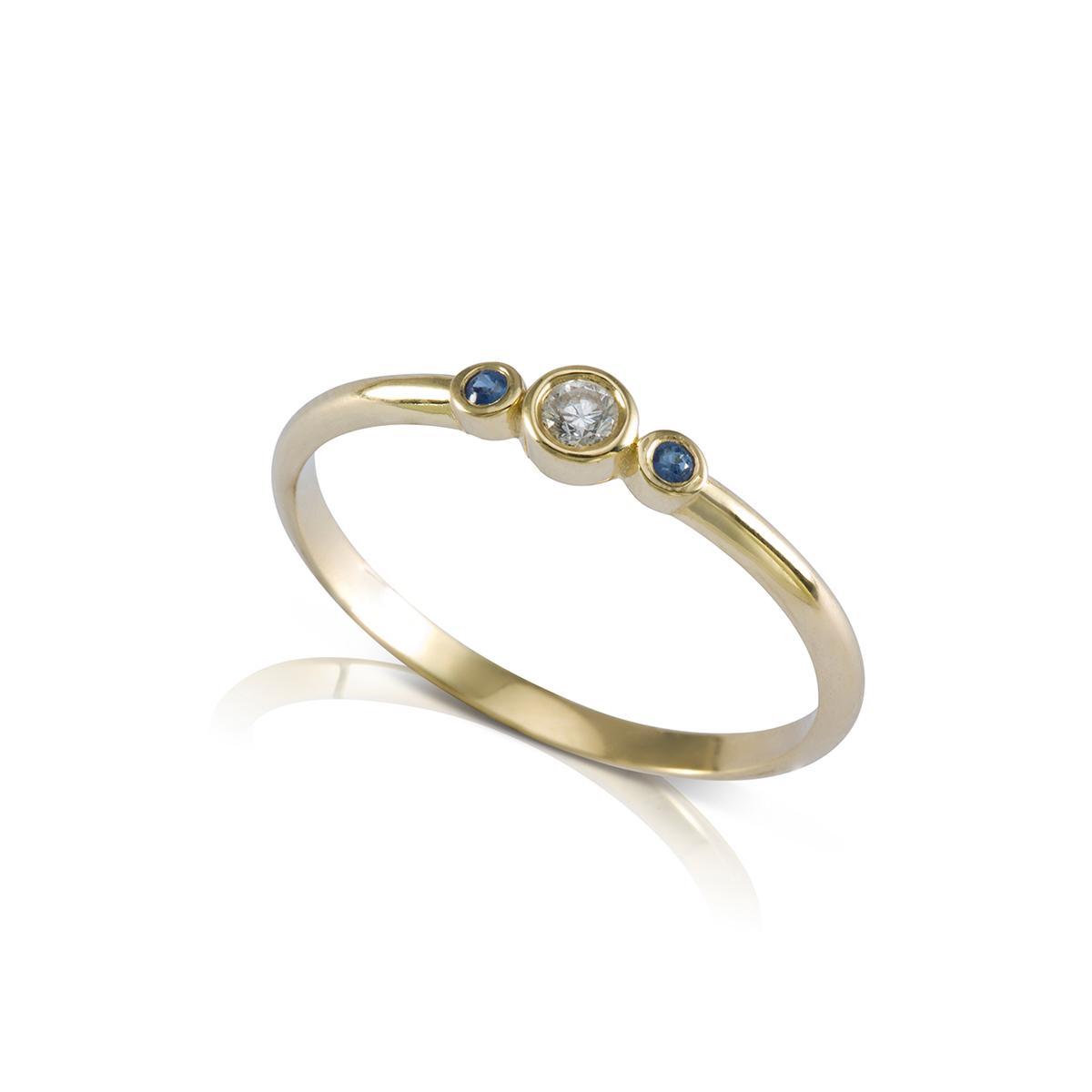 טבעת זהב עדינה משובצת יהלום וספירים
