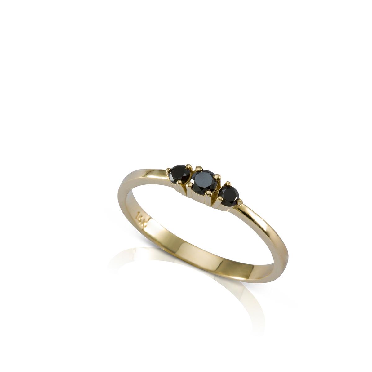 טבעת שלושה יהלומים שחורים עדינה