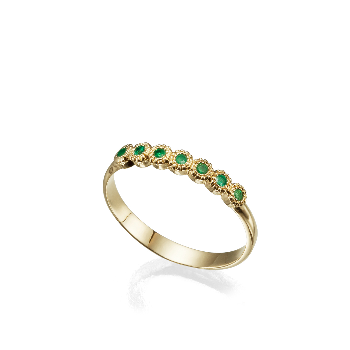 טבעת זהב עדינה משובצת שבעה אבני אמרלד