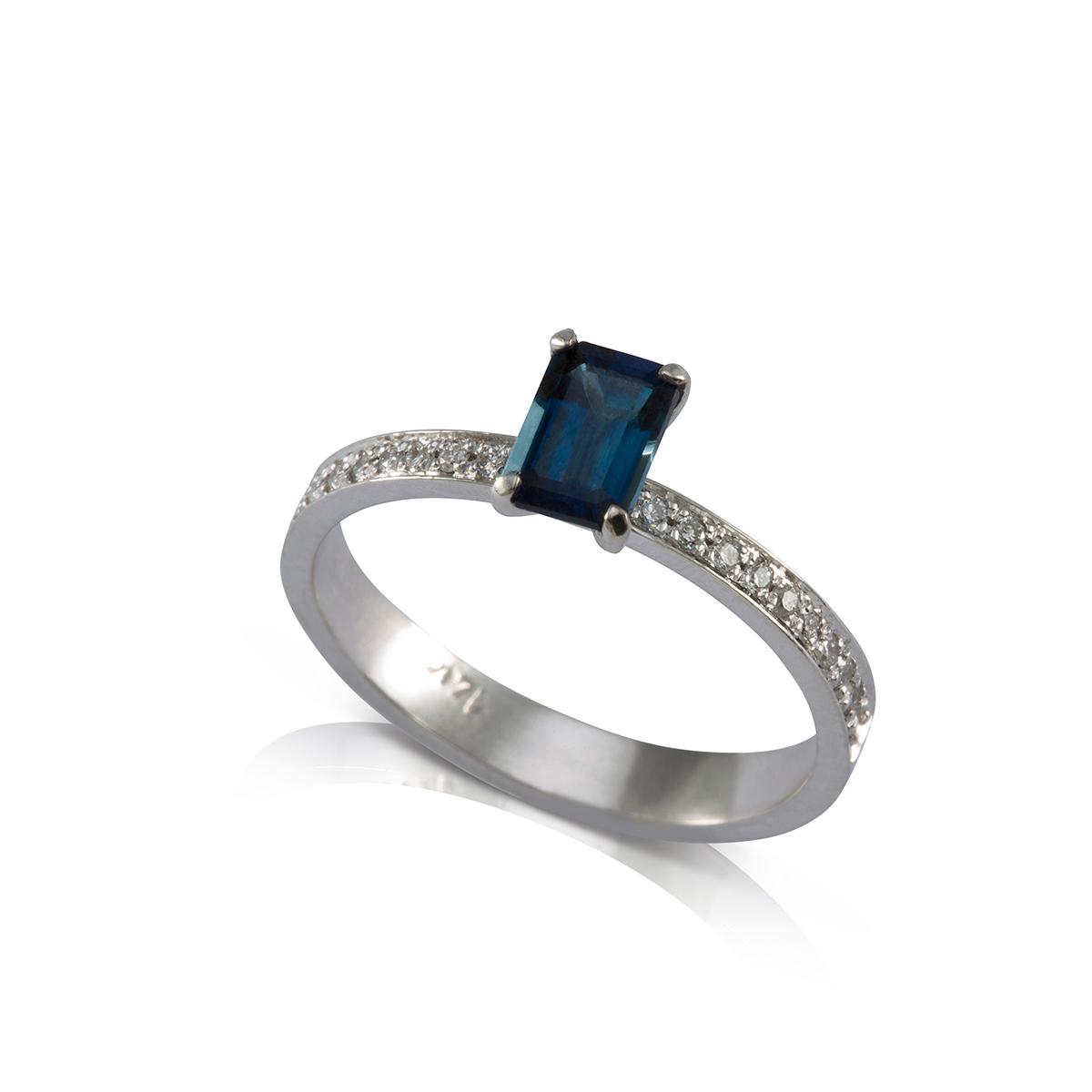 טבעת סוליטר משובצת ספיר מלבני ויהלומים