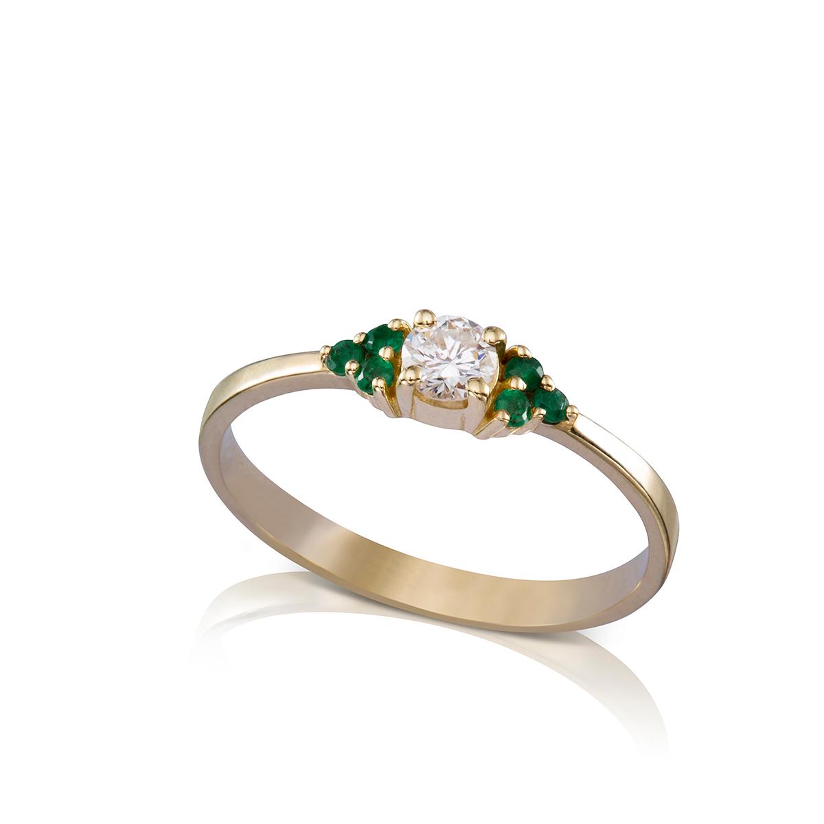 טבעת אירוסין משובצת יהלום מרכזי 0.20ct ו-6 אמרלדים