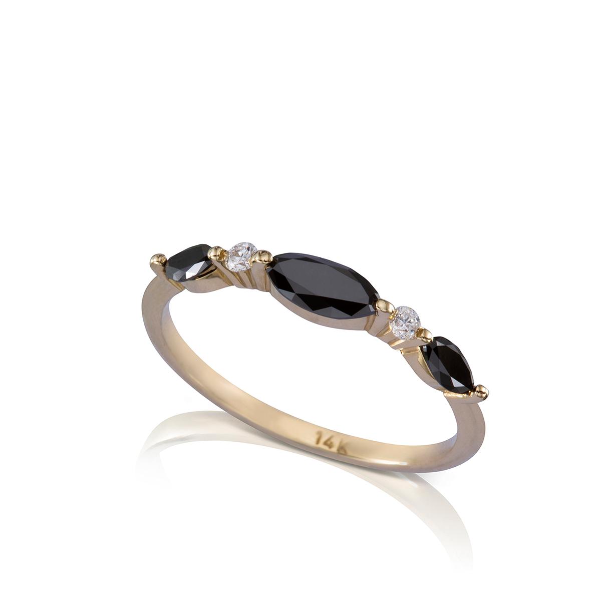 טבעת יהלומים שחורים בחיתוך מרקיזה ויהלומים לבנים עגולים