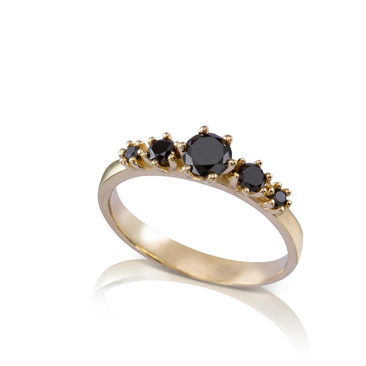 טבעת זהב משובצת 5 יהלומים שחורים