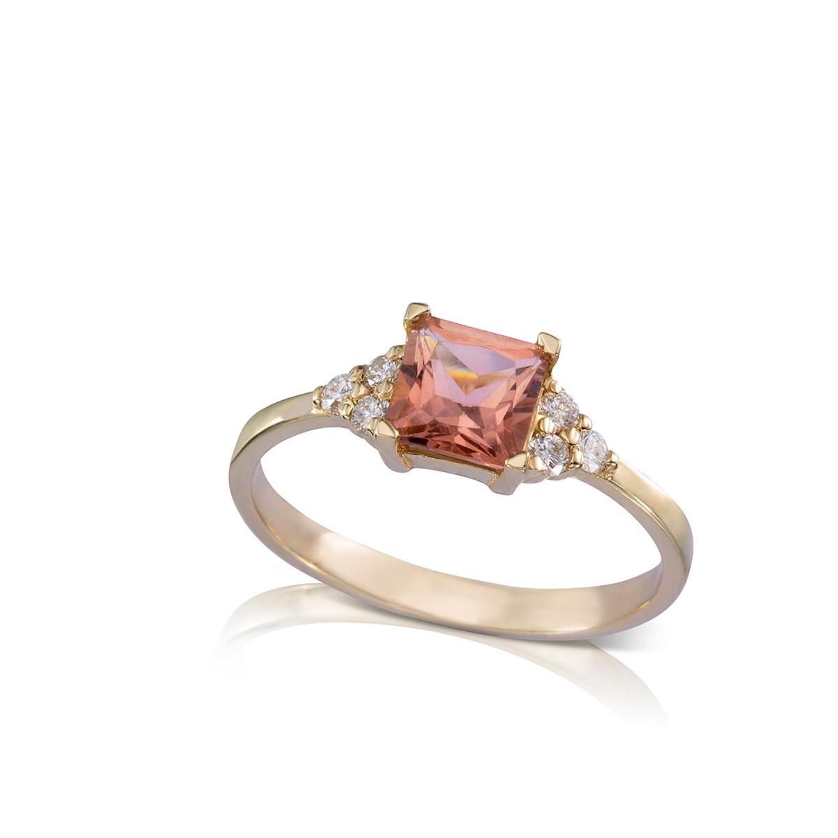 טבעת זהב משובצת טורמלין ורוד פרינסס ו-6 יהלומים צדדים