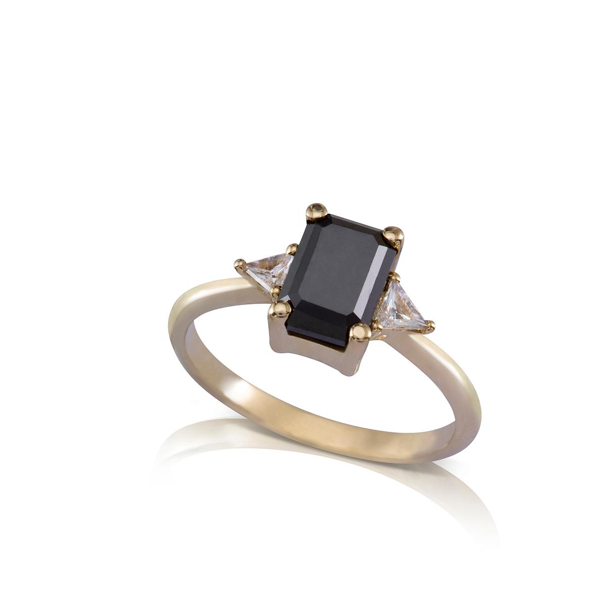 טבעת יהלום שחור מלבני ויהלומים משולושם לבנים