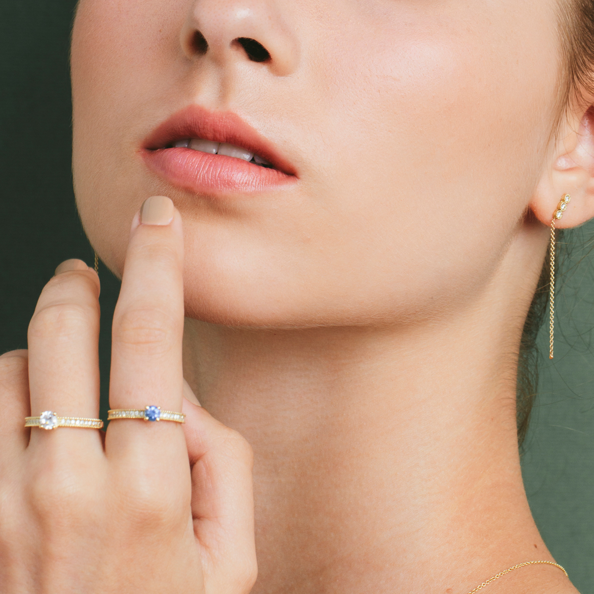 טבעות זהב עם יהלומים ואבני חן, ועגיל משובץ יהלומים