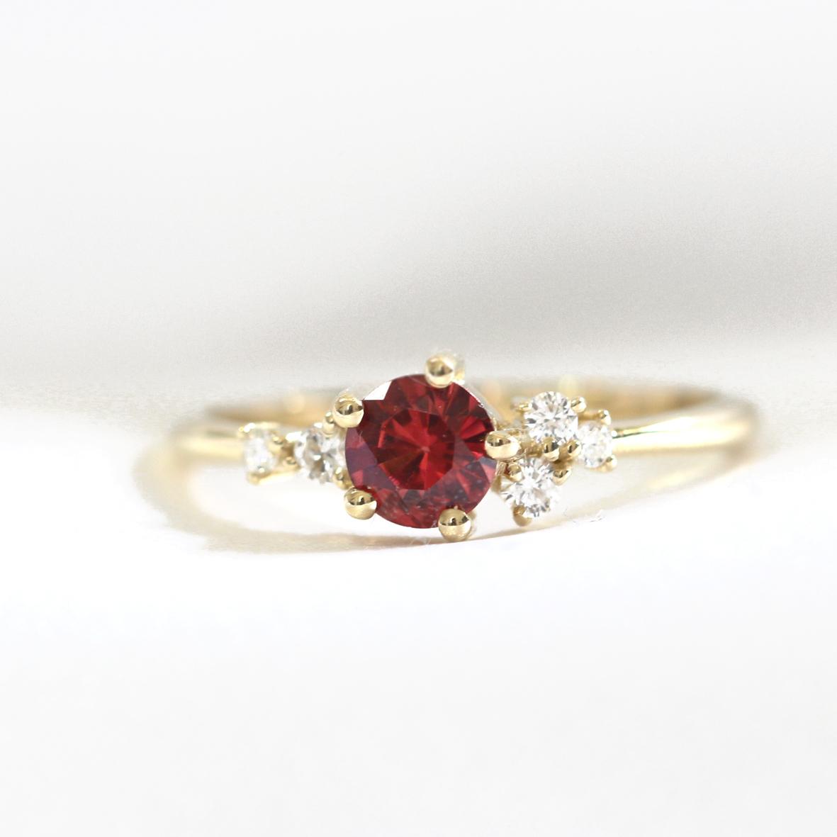 טבעת אירוסין משובצת רודולייט ויהלומים קטנים א סימטרים