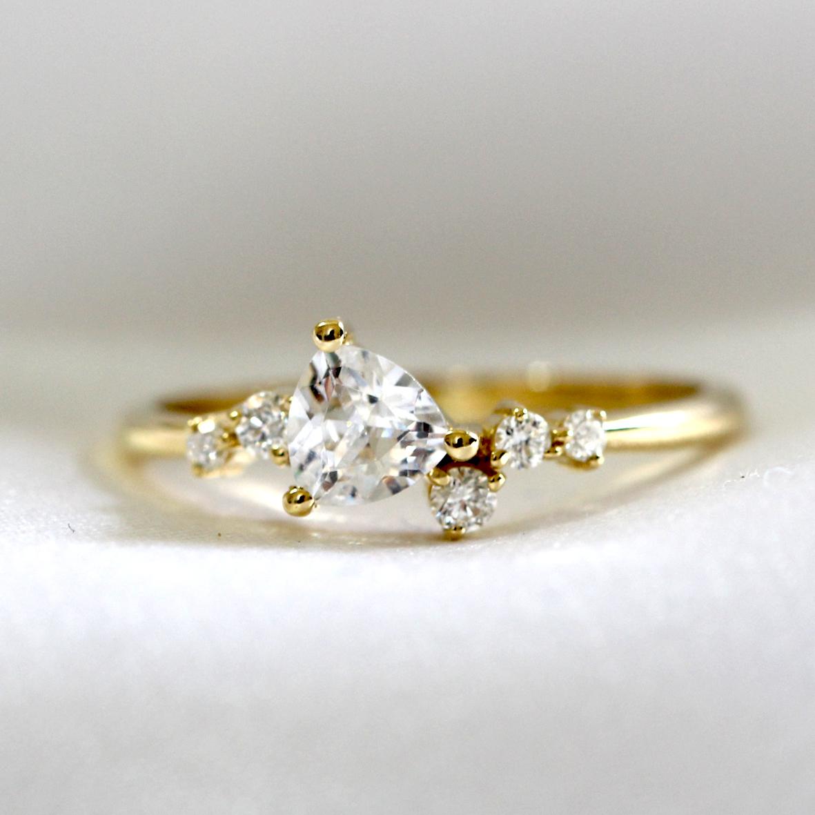 טבעת אירוסין מושבצת יהלום בחיתוך טריליון ויהלומים מסביב