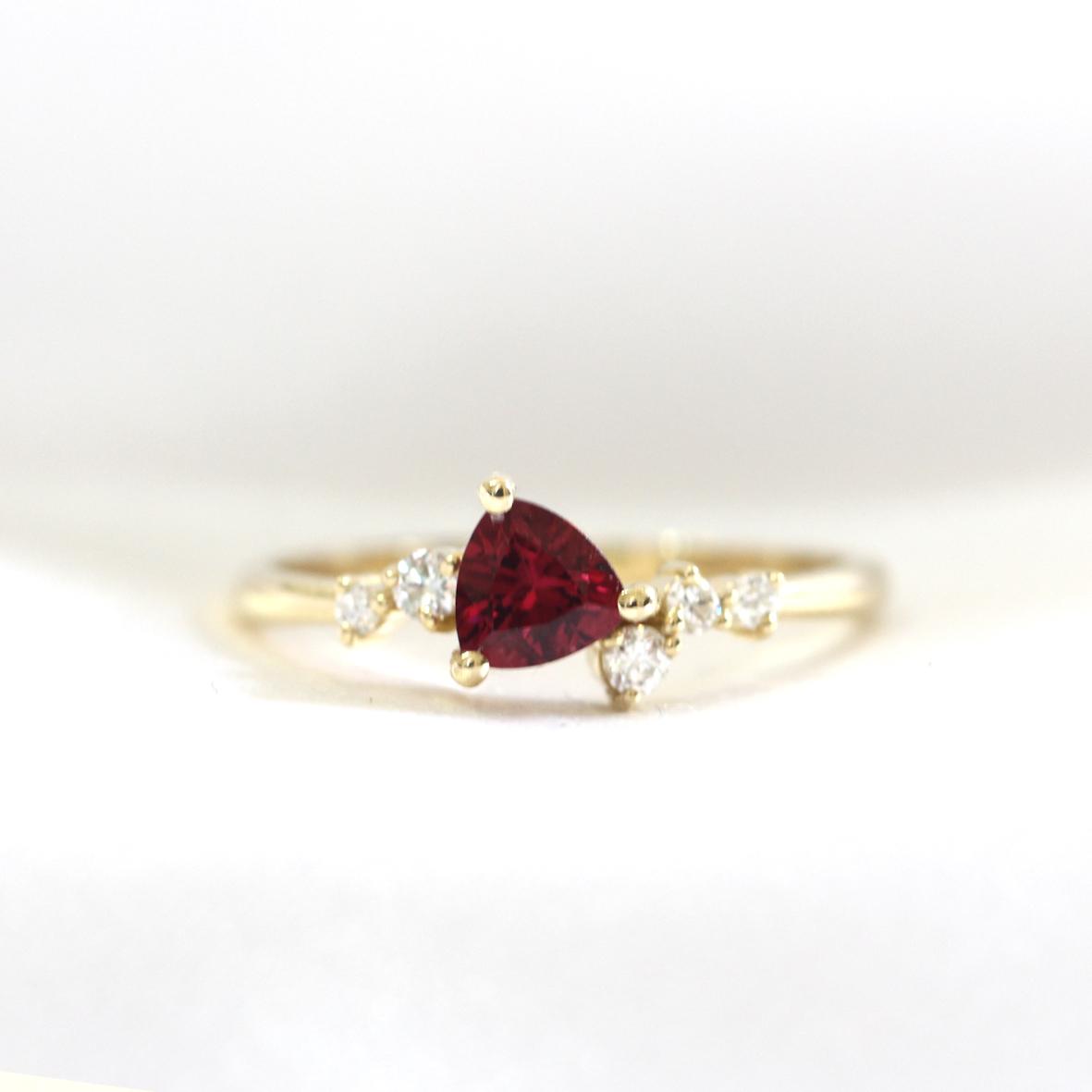 טבעת אירוסין מושבצת רודולייט בחיתוך טריליון ויהלומים מסביב