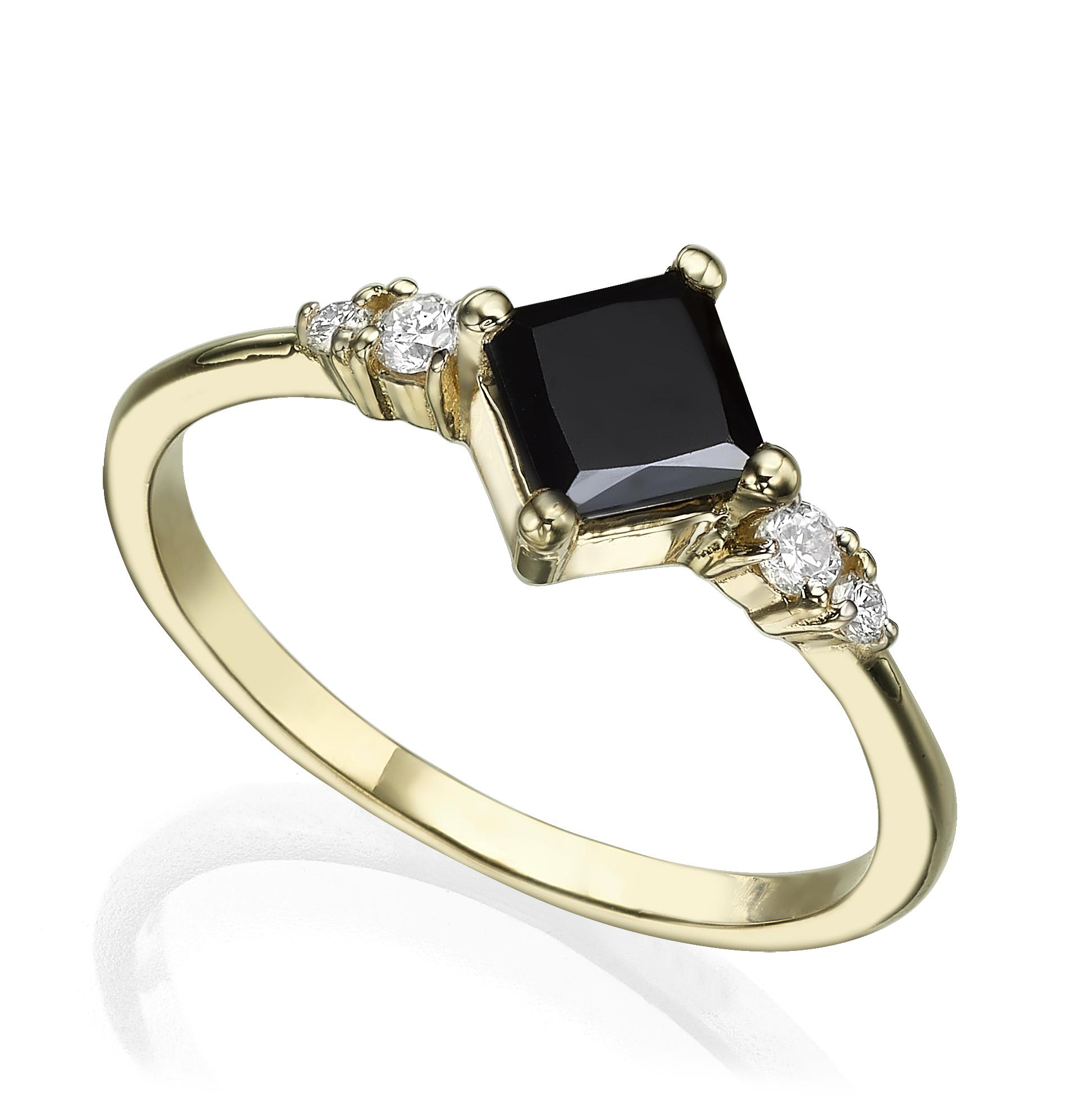 טבעת זהב משובצת יהלום שחור בחיתוך פרינסס ויהלומים לבנים בצדדים