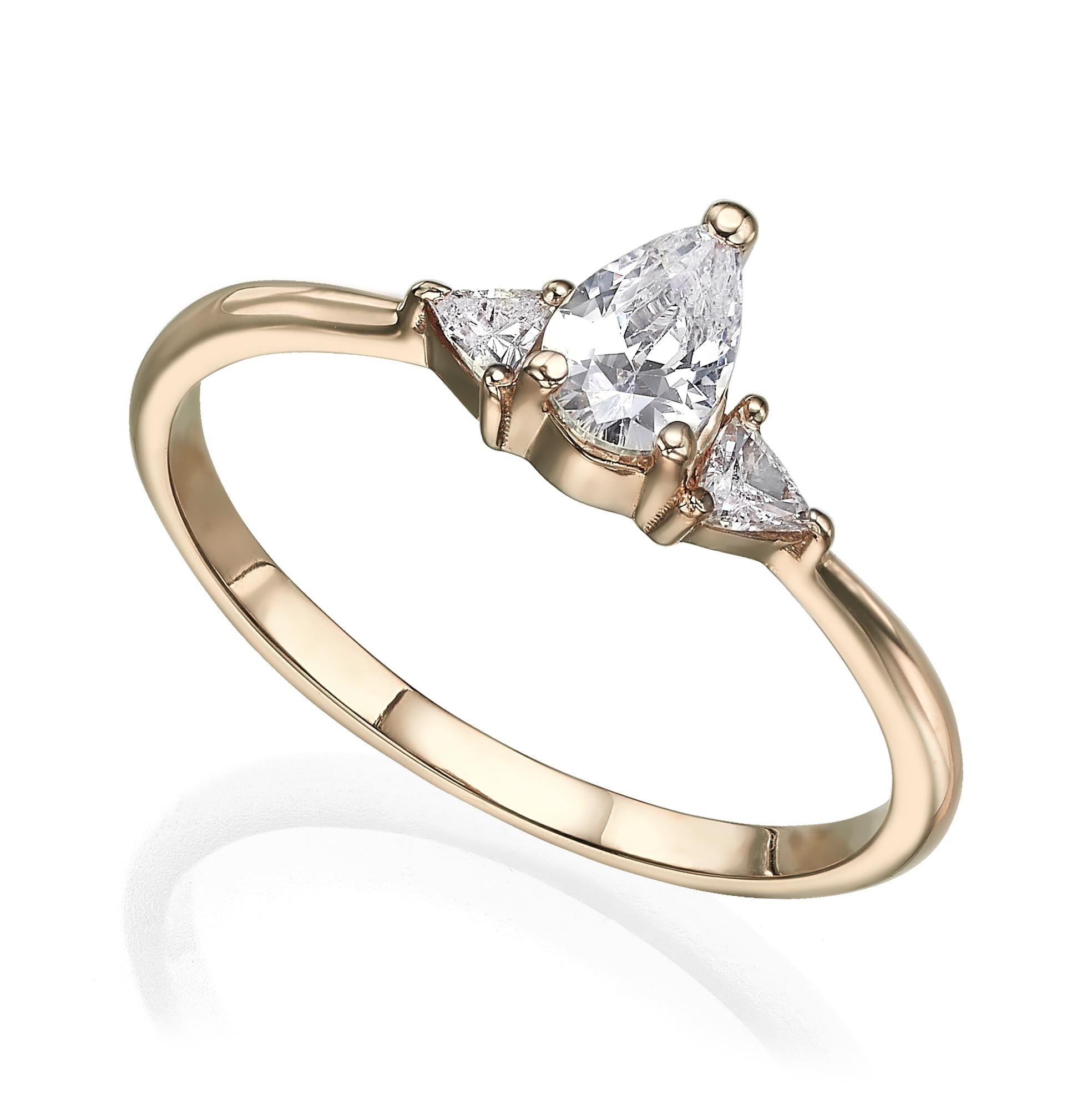 טבעת אירוסין מושבצת יהלום בחיתוך טיפה מרכזי ויהלומים בחיתוך משולשים בצדדים