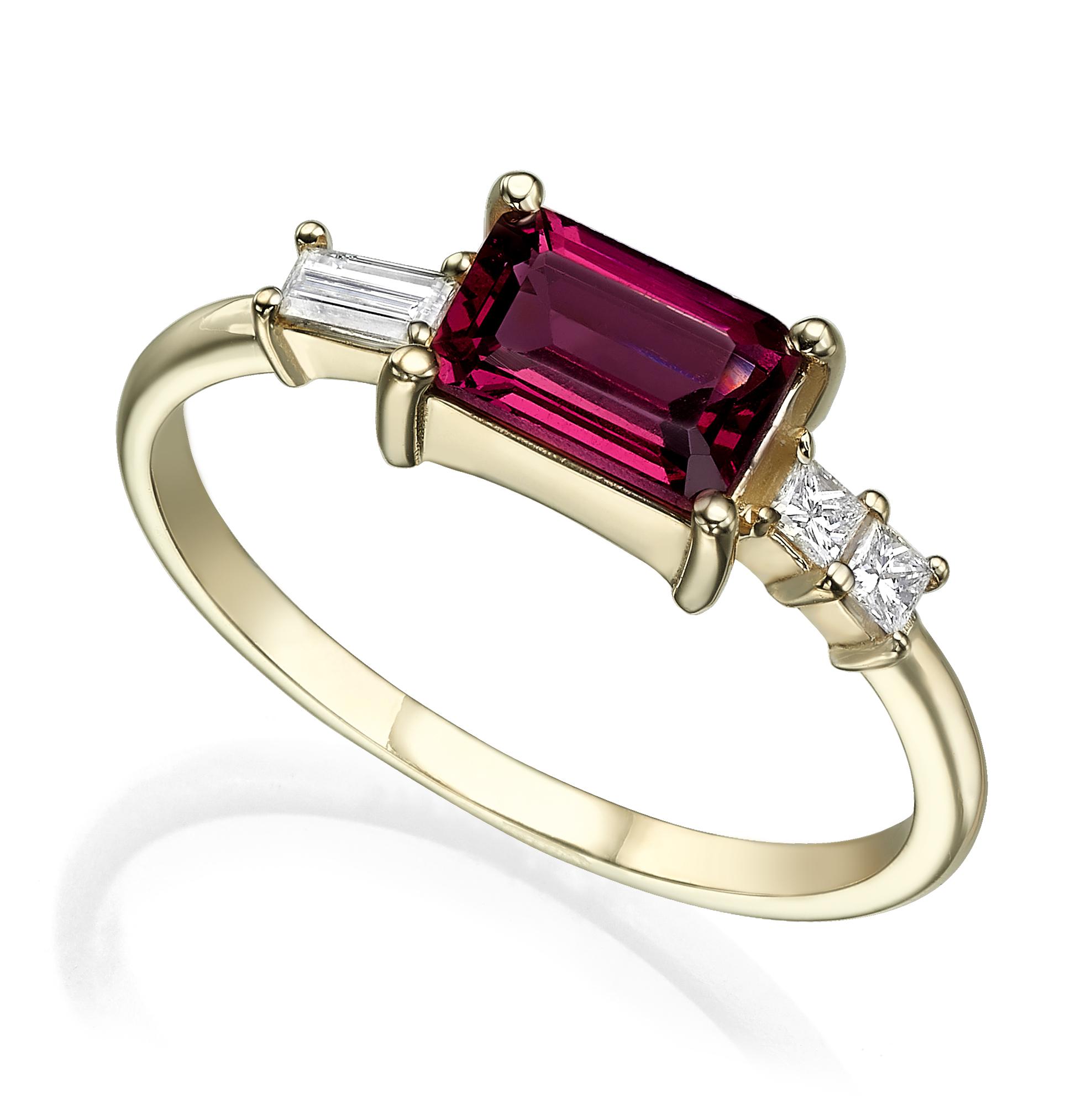 טבעת זהב מושבצת רודולייט בחיתוך מלבני ויהלומים בחיתוך פרינסס ובגט בצדדים