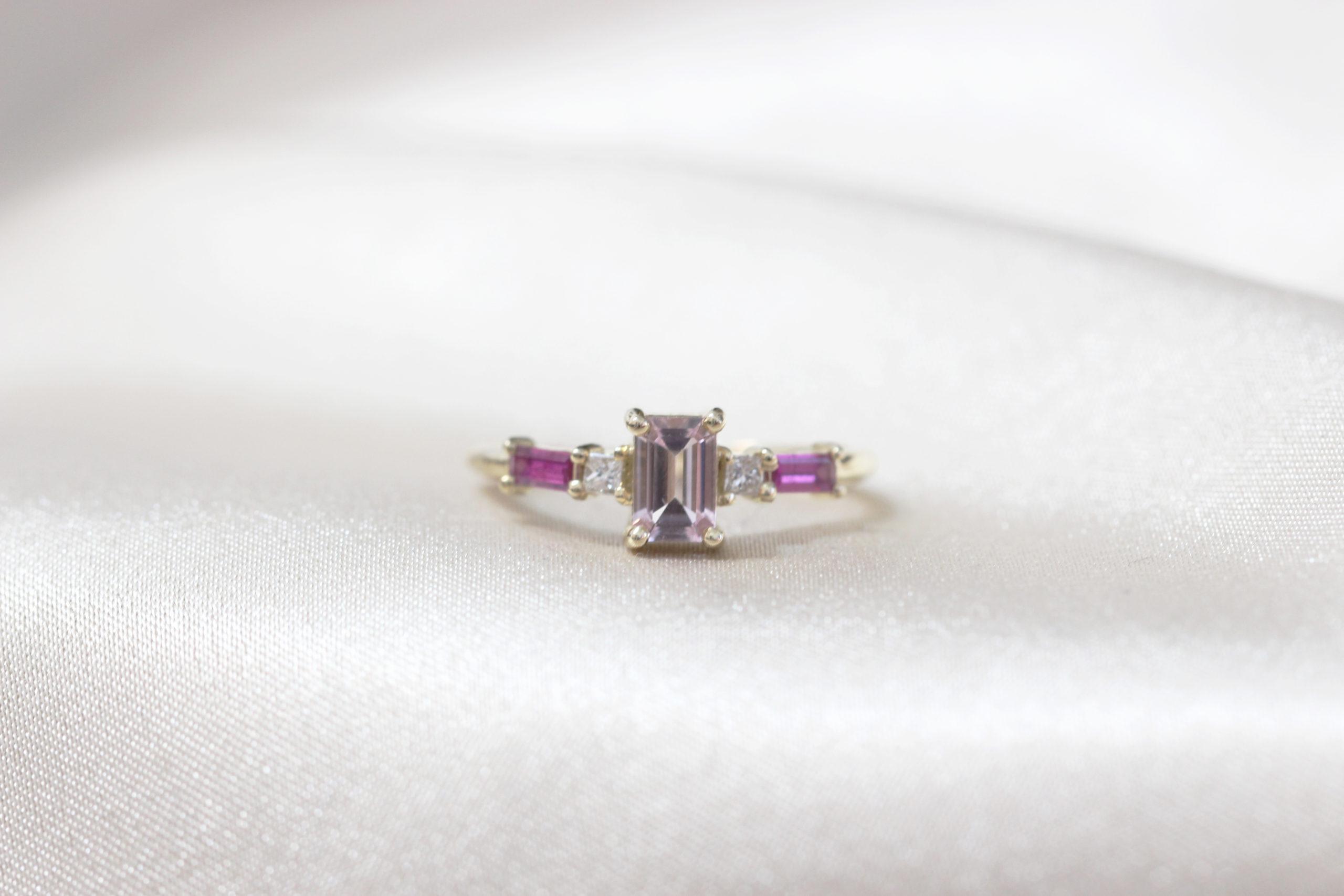 טבעת אירוסין משובצת מורגנייט בחיתוך אמרלד קאט, יהלומים בחיתוך פרינסס ורובי בחיתוך בגט