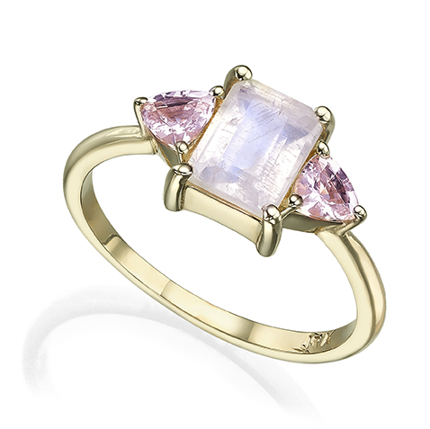 טבעת זהב משובצת מונסטון בחיתוך אמרלד קאט ומורגנייט בחיתוך טריליון בצדדים